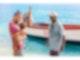 Ein Vater mit Kind und ein Fischer betrachten einen gefangenen Fisch (Blue Point)