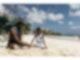 Eine Mutter spielt mit ihrem Kind im Sand an einem Strand