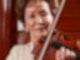 Die japanische Violinistin Takako Nishizaki mit ihrer Geige