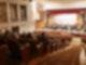 Konzertsaal von innen mit Publikum und Musikern auf der Bühne