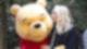 Pu, der Bär wird von junger Frau auf die Wange geküsst